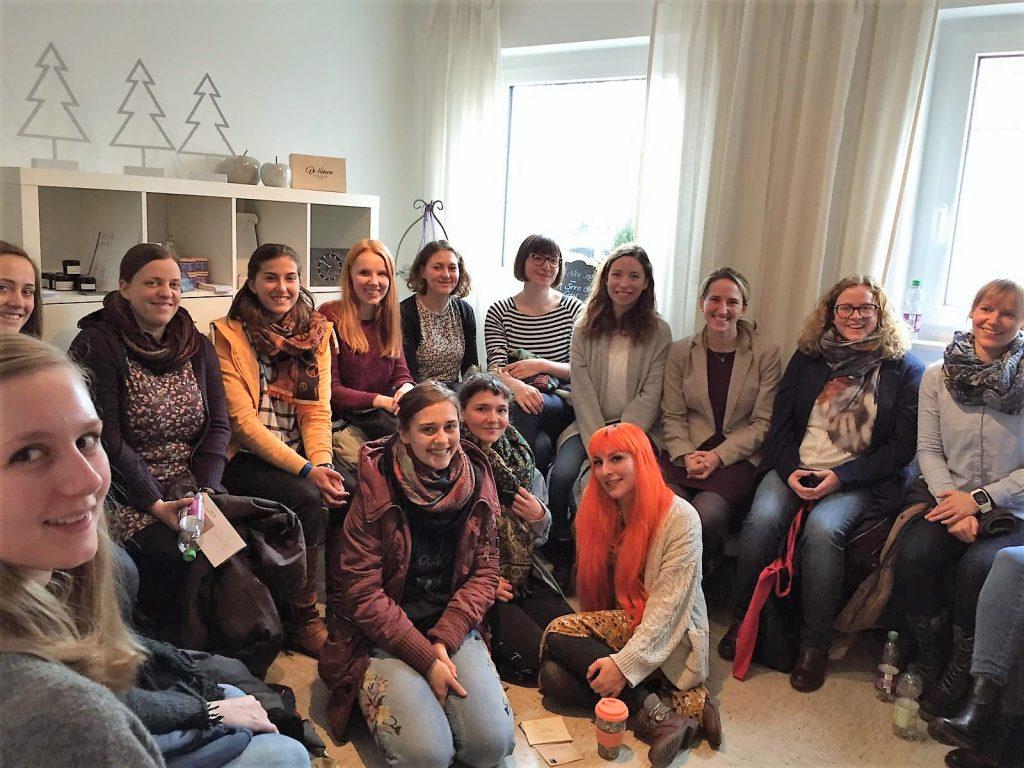 Dr. Nicola Bühler (Dritte von rechts,hintere Reihe) mit Teilnehmerinnen des KarriereBusses, entrepreneurin.eu, Universität Hohenheim