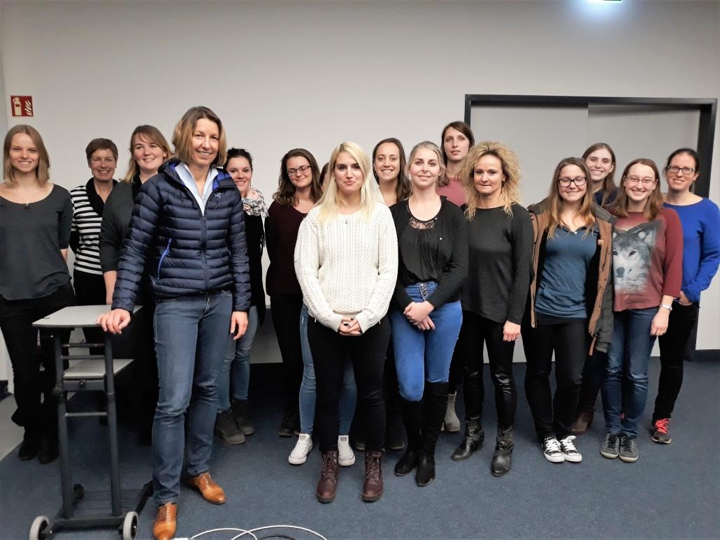 Dr. med. Dr. rer. nat. Saskia Biskup (Erste von links, vordere Reihe) mit Teilnehmerinnen des KarriereBusses, entrepreneurin.eu, Universität Hohenheim