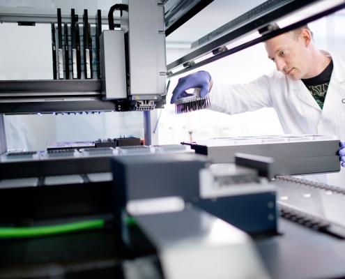 Im Labor der CeGat GmbH im Technologiepark Tübingen, entrepreneurin.eu, Universität Hohenheim