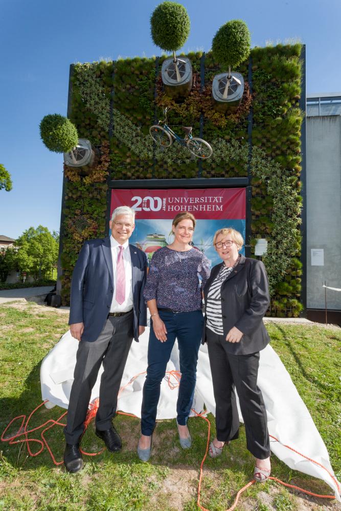 Dr. Alina Schick (Mitte) mit Minsterin Theresia Bauer vom MWK BW (rechts) und Rektor Prof. Stephan Dabbert (links), Grüne Wand, visioverdis GmbH, entrepreneurin.eu, Universität Hohenheim Theresia Bauer
