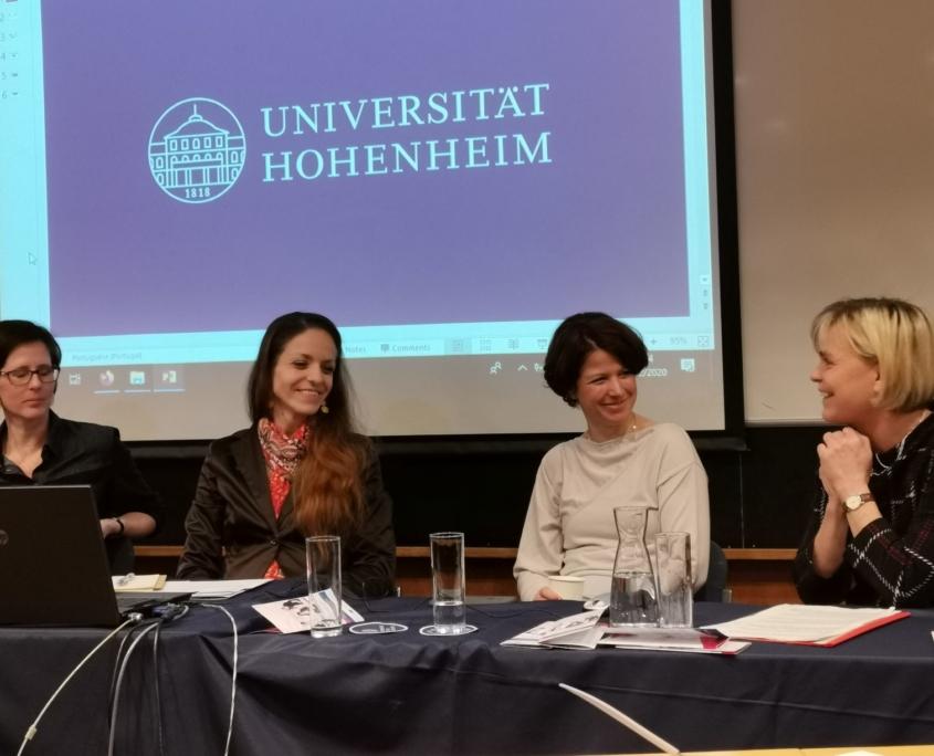 """Anette Fomin (rechts) stellte das Projekt """"entrepreneurin"""" vor und berichtete über den KarriereBus und über die Rolle von Vorbildunternehmerinnen"""