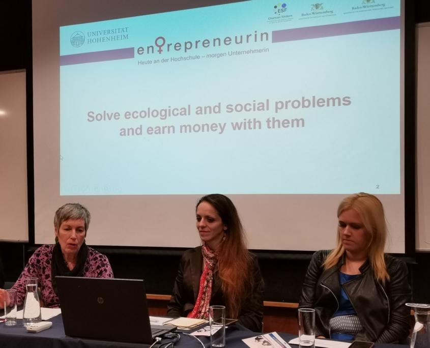 """Claudia Böhnke (links) berichtete über den Hohenheimer Schwerpunkt """"Social Entrepreneurship"""" und das erfolgreiche Konzept """"slowcommunication"""" zur Unterstützung von Gründerinnen"""
